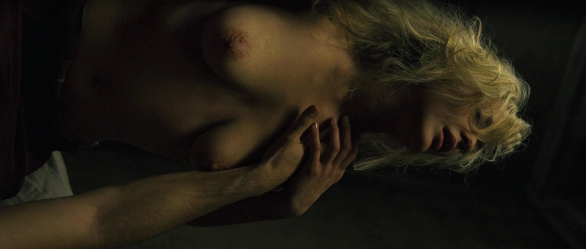Marion Cotillard nude - La boite noire (2005)