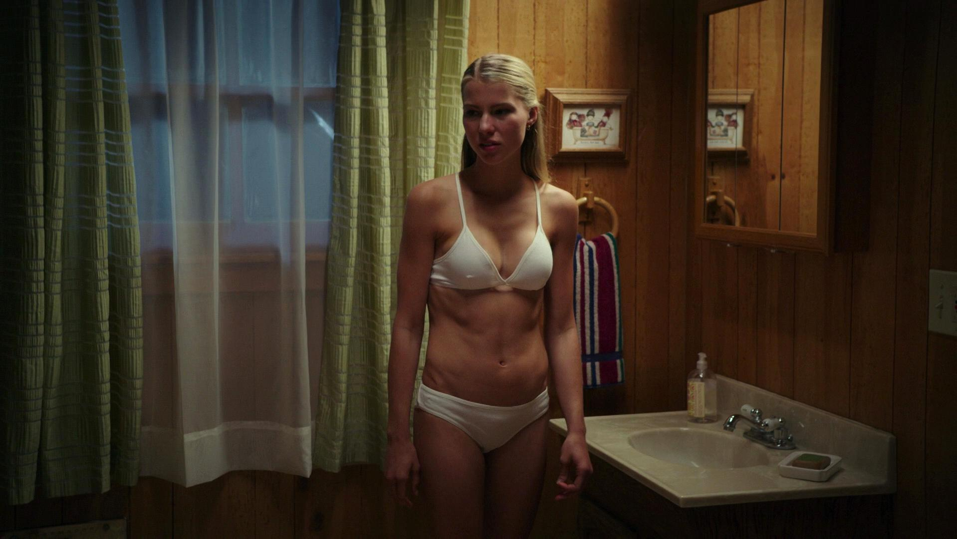 Lexi Atkins sexy - Zombeavers (2014)