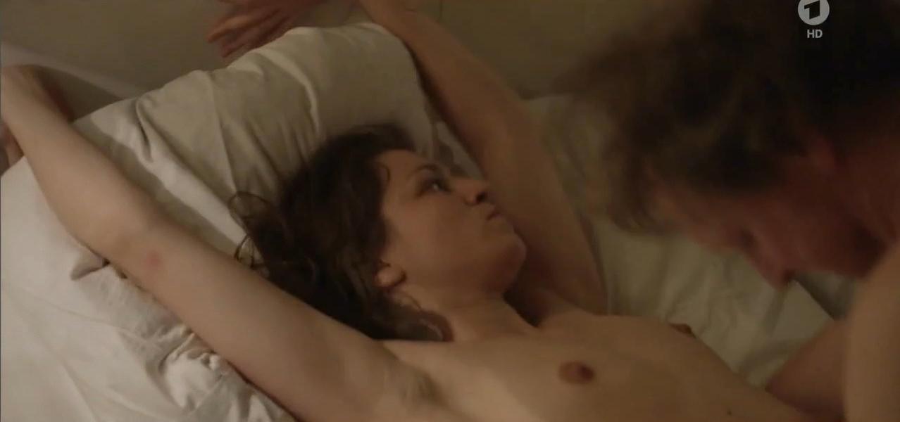 Franziska Hartmann nude, Bibiana Beglau nude, Valentina Sauca nude - Uber Barbarossaplatz (2016)