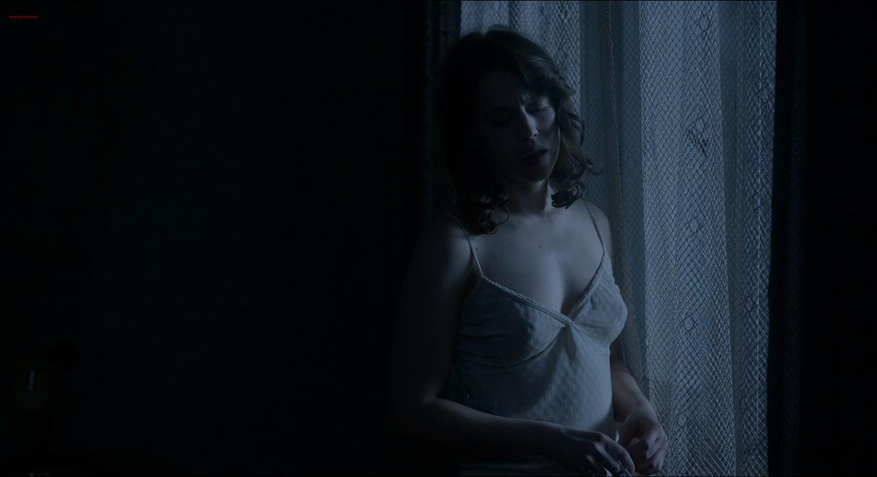Lou de Laage sexy - Les Innocentes (2016)