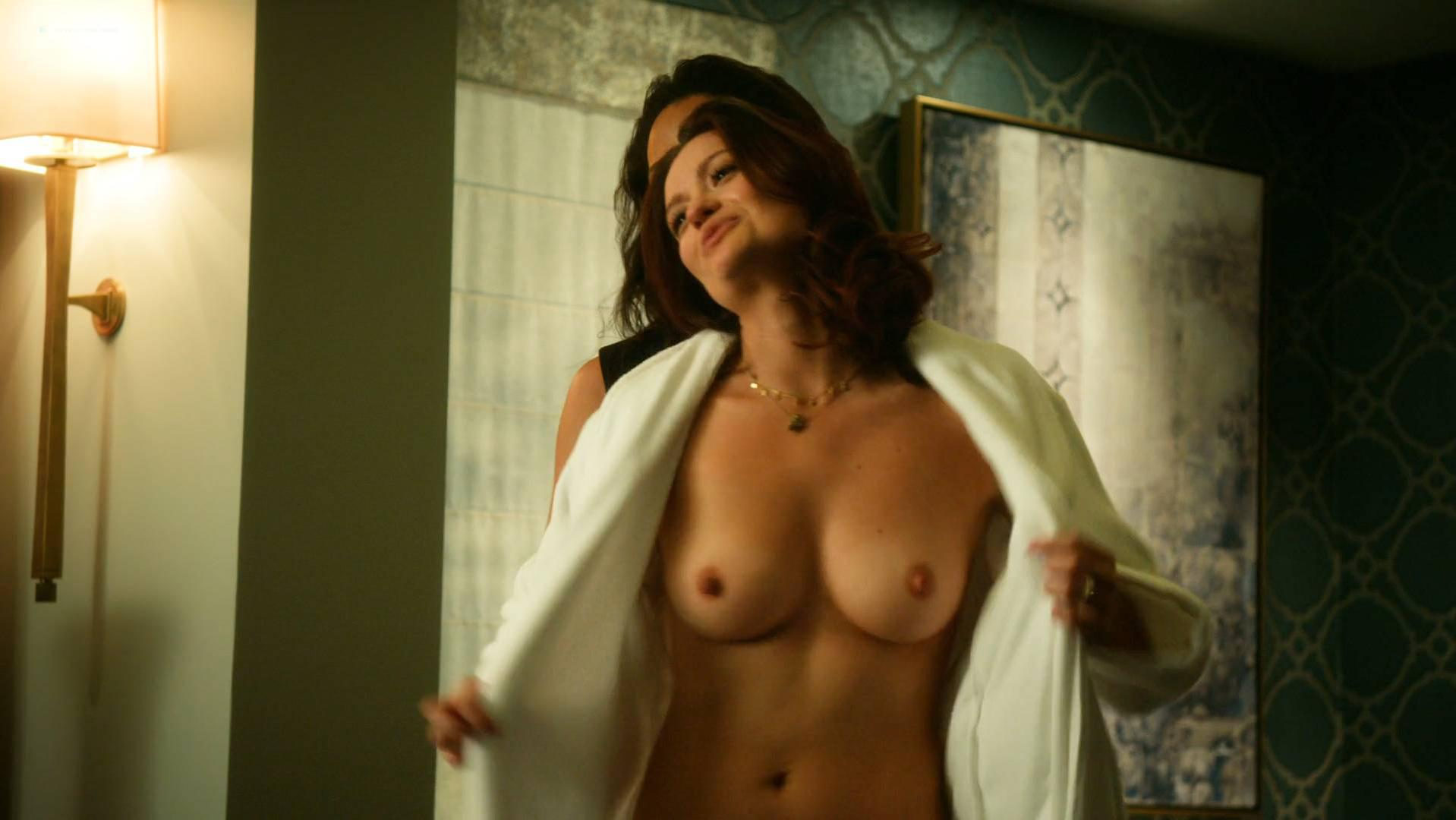 Maria bellucci shows of her body to her 9