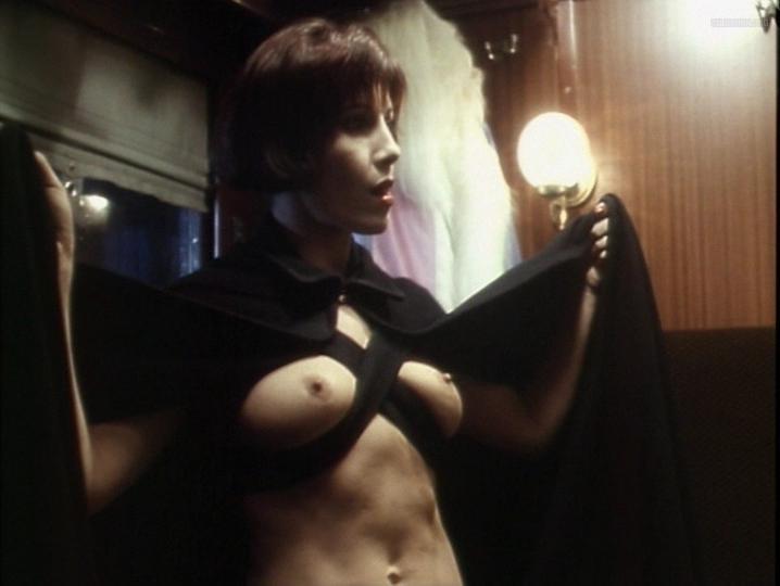 Pilar Alcon nude - Aqui huele a Muerto (1989)