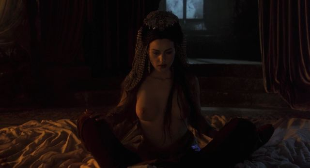 Monica Bellucci nude - Bram Stoker's Dracula (1992)