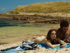Kasia Smutniak nude, Carolina Crescentini nude - Allacciate le cinture (2014)