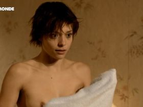 Lizzie Brochere nude - Un petit bout de France (2012)