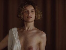 Laetitia Casta nude - La jeune fille et les loups (2007)
