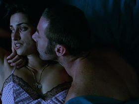 Penelope Cruz nude, Yohana Cobo sexy - Volver (2006)