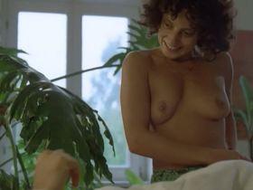 Adriana Altaras nude - Das Mikroskop (1988)