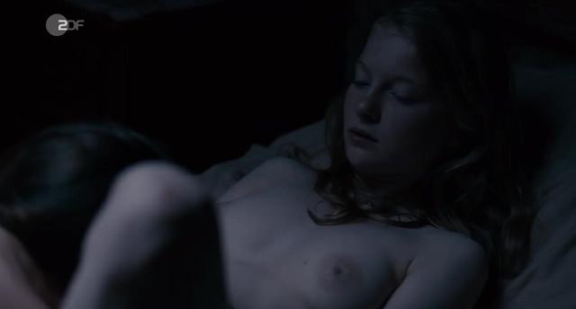 Stephanie Amarell nude, Emma Drogunova sexy - Die Familie (2017)