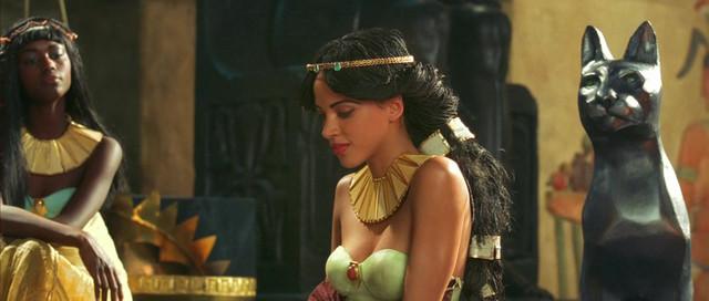 Noémie Lenoir sexy - Asterix & Obelix: Mission Cleopatra (2002)