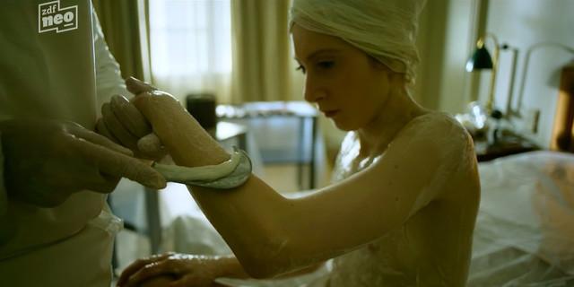 Roxane Duran nude - Parfum s01e04 (2018)