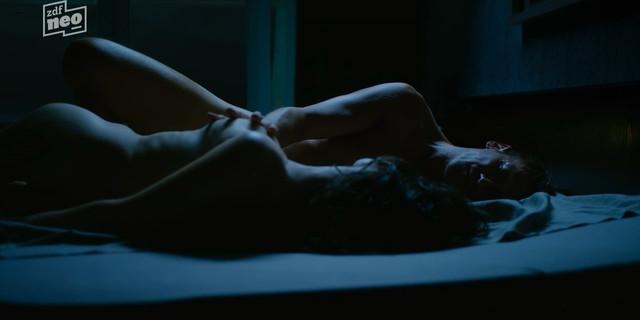 Friederike Becht nude - Parfum s01e03 (2018)