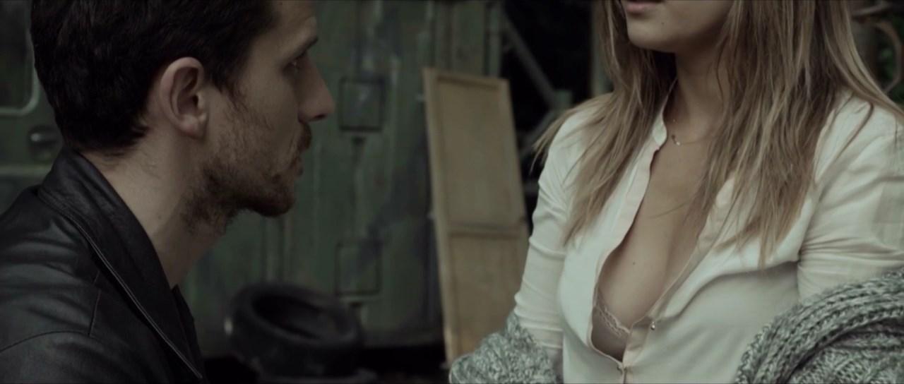 Julie De Bona sexy - Empreinte (2015)