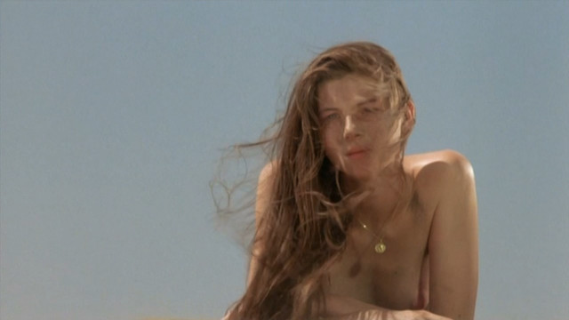 Benedicte Loyen nude - Gaspard et Robinson (1990)
