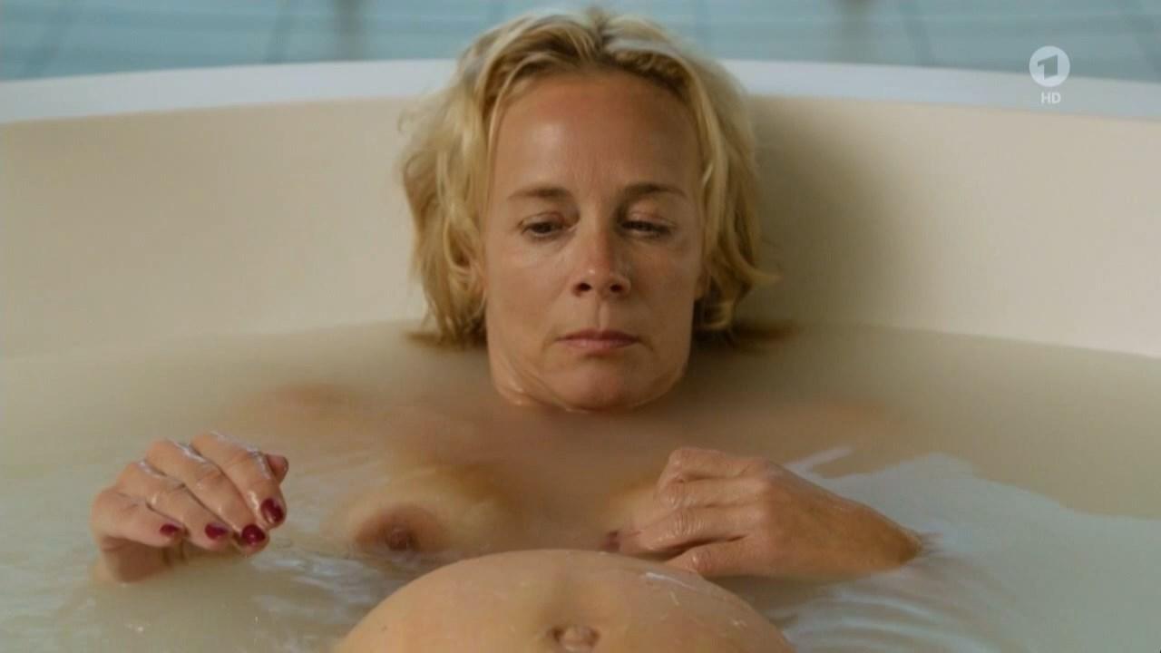 Katja Riemann nude - Todliche Geheimnisse - Jagd in Kapstadt (2017)