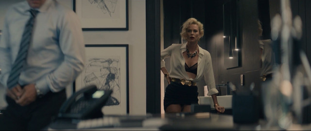 Charlize Theron sexy - Gringo (2018)