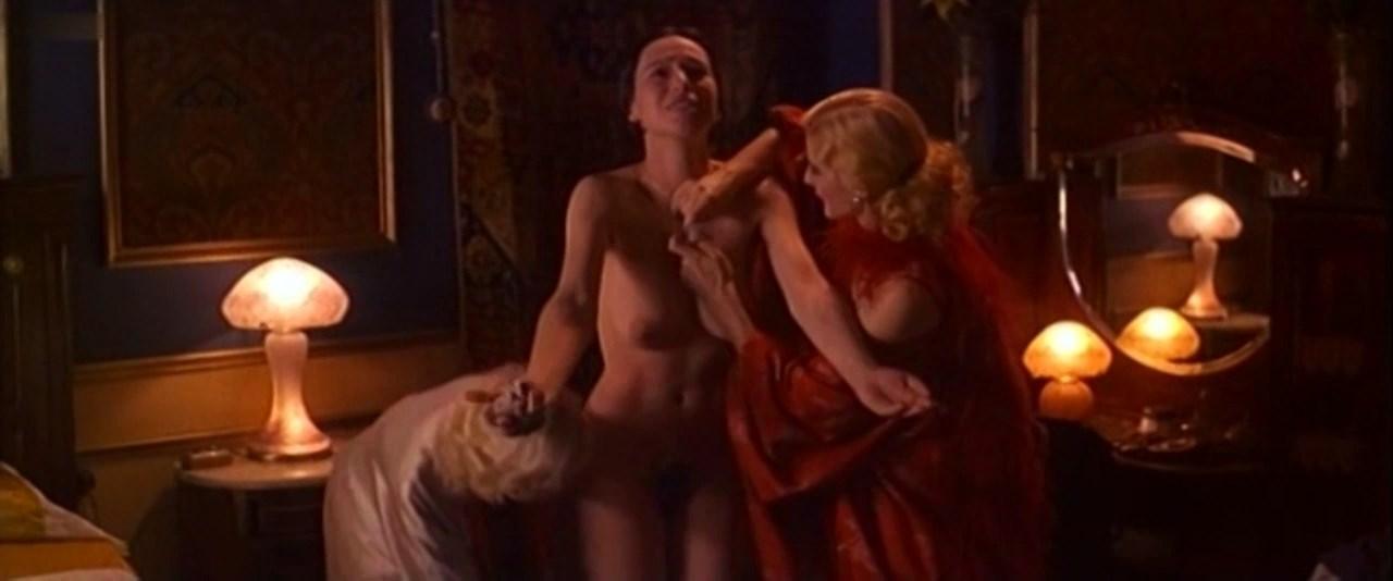 Ariadna Gil nude - Libertarias (1996)