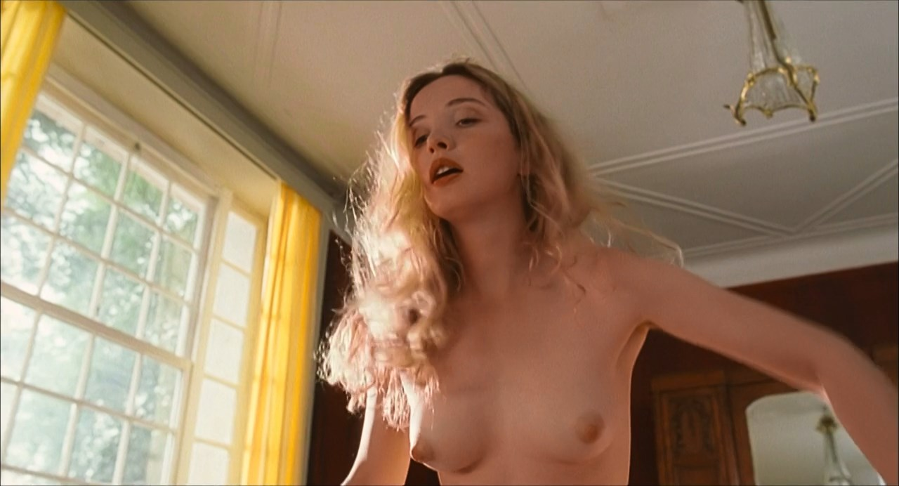 Julie Delpy nude - An American Werewolf in Paris (1997)
