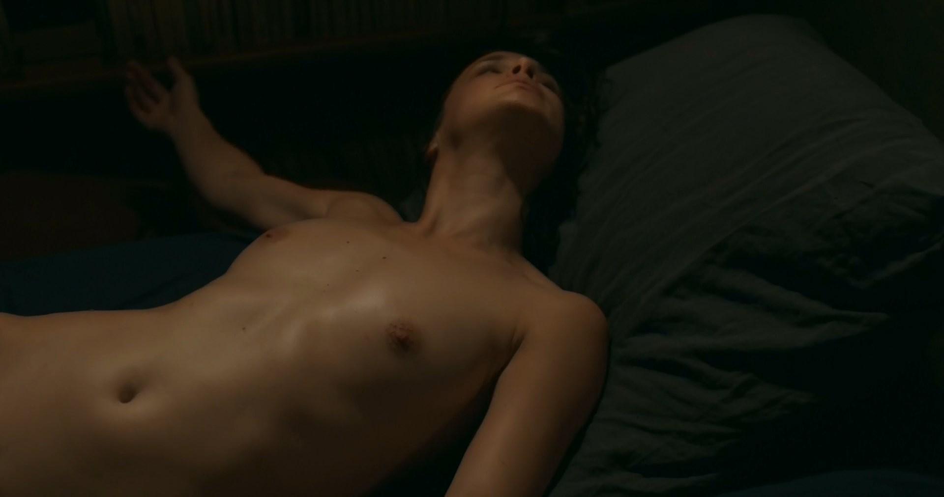 Jennifer Decker nude - Un beau voyou (2018)