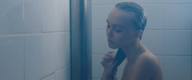 Lily-Rose Depp sexy - Les fauves (2018)