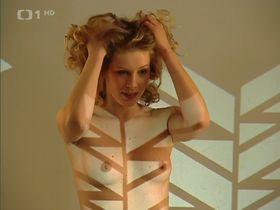 Anna Kulovana nude - Dobra ctvrt s01 (2005)