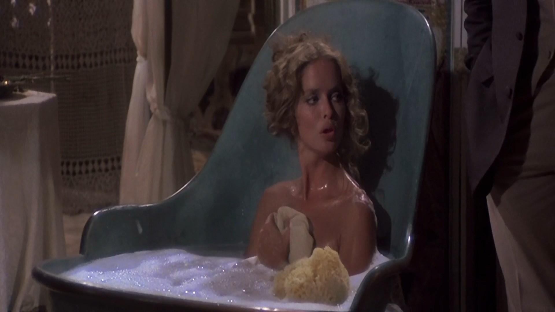 Barbara Bach sexy - L'isola degli uomini pesce (1979)