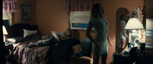 Sienna Miller sexy - American Woman (2018)