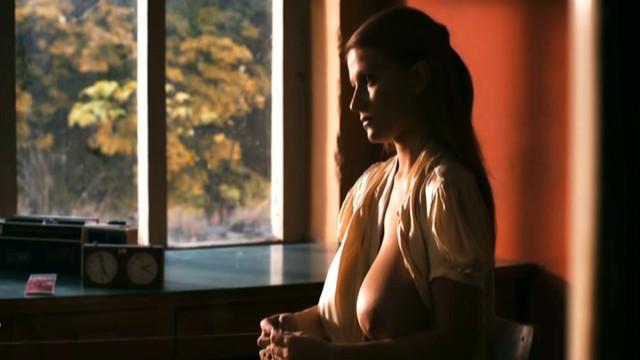 Monika Kis nude - Beli lavovi (2011)