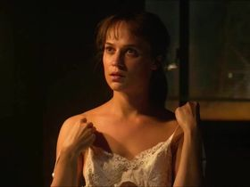 Alicia Vikander sexy - The Earthquake Bird (2019)