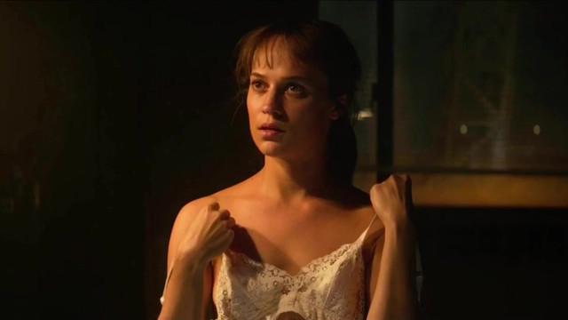 Alicia Vikander sexy - The Earthquake Bird (2019)