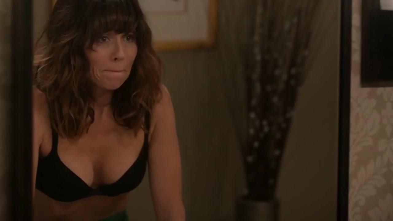Linda Cardellini sexy - Dead To Me (2020)