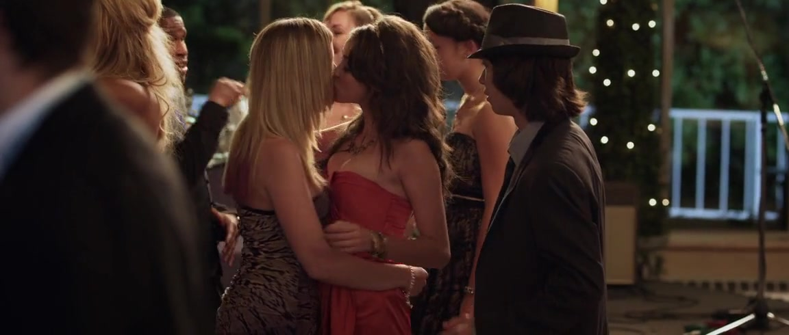 Dreama Walker sexy, Sarah Hyland sexy - Date and Switch (2013)