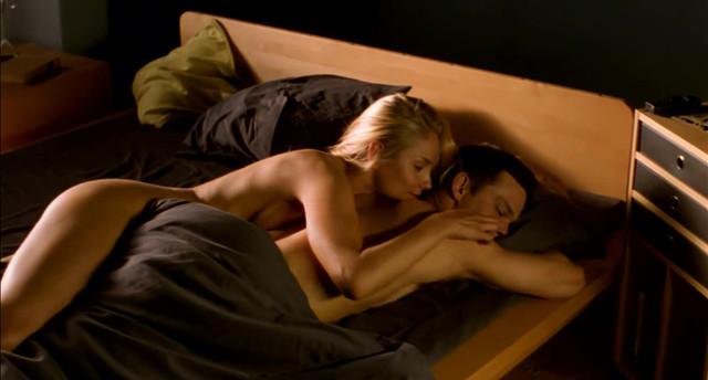 Laura Malmivaara nude - Levottomat (2000)