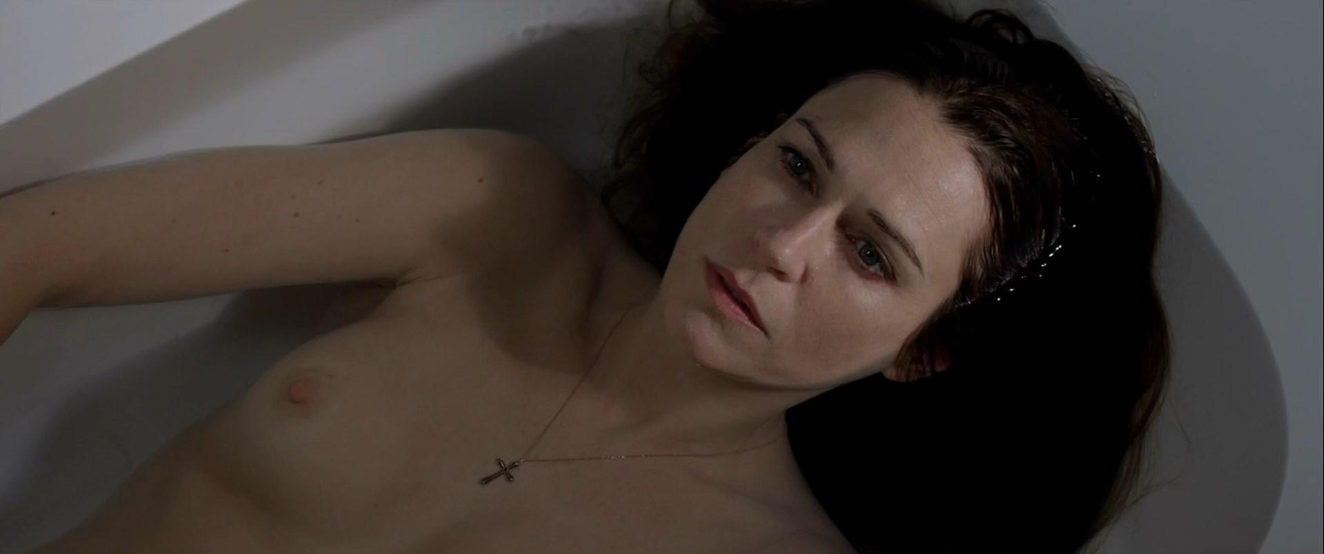 Marie-Josee Croze nude, Giulia Ando nude - Le confessioni (2016)