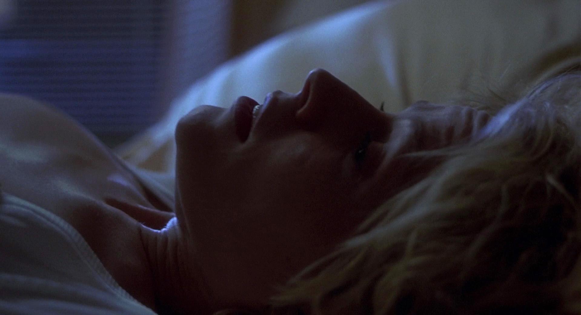 Elisabeth Shue sexy - Hollow Man (2000)