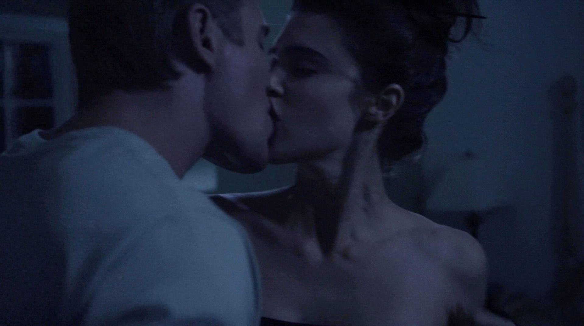 Cassidy Freeman sexy, Lucy Griffiths sexy - Don't Look Back (2014)