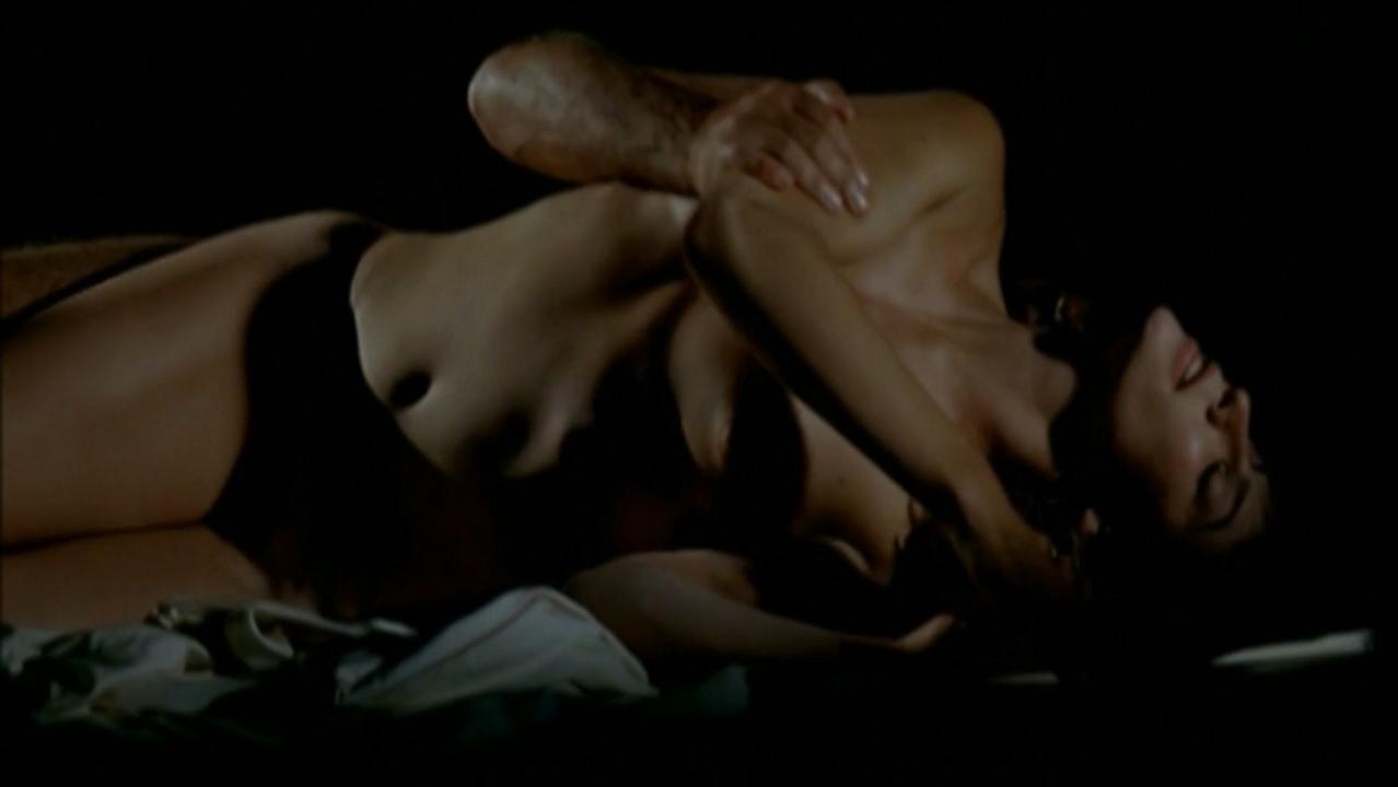 Anna Mouglalis nude - Sotto falso nome (2004)