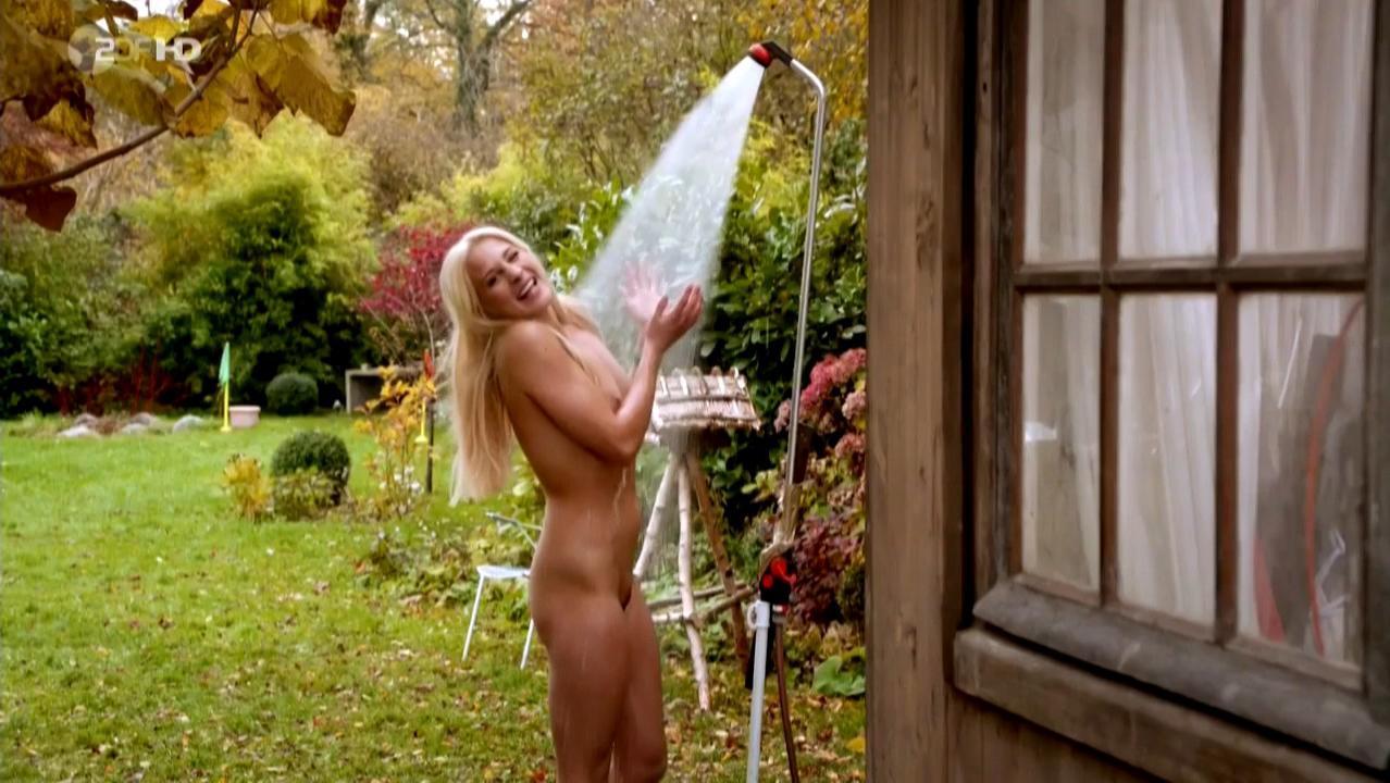 Lena Amende nude - Der Klugere zieht aus (2012)