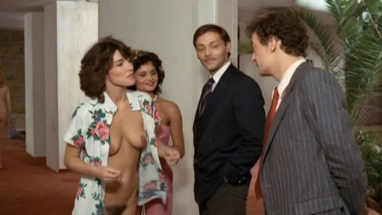 Caroline Berg nude - Paradis pour tous (1982)