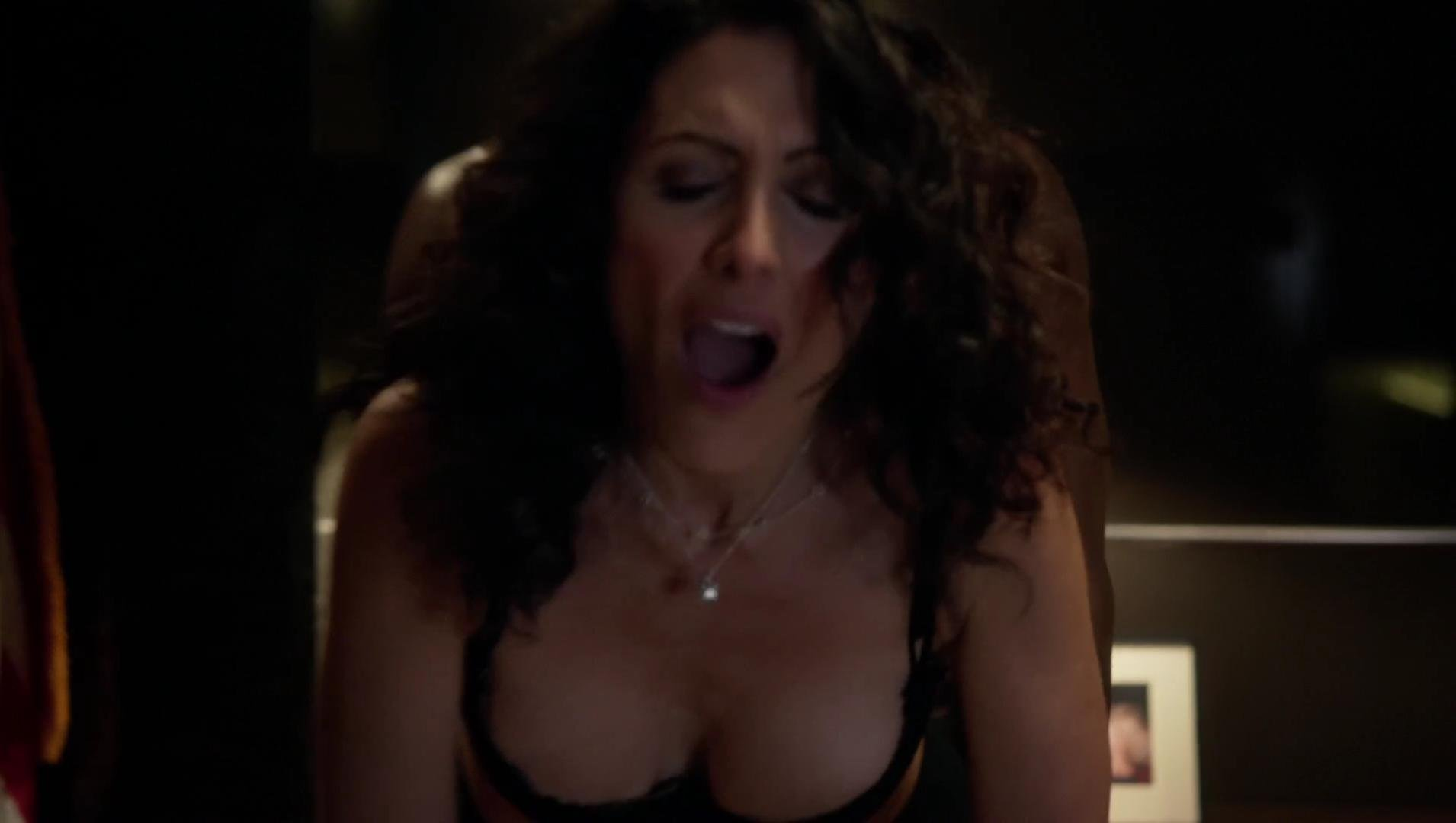 Lisa Edelstein sexy - House of Lies s02e05 (2013)