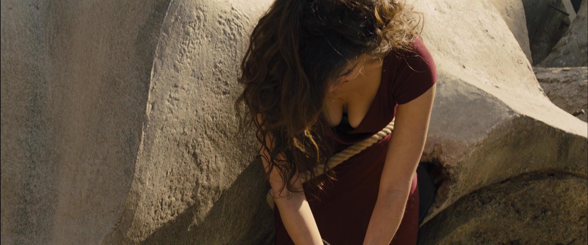 Berenice Marlohe sexy - Skyfall (2012)