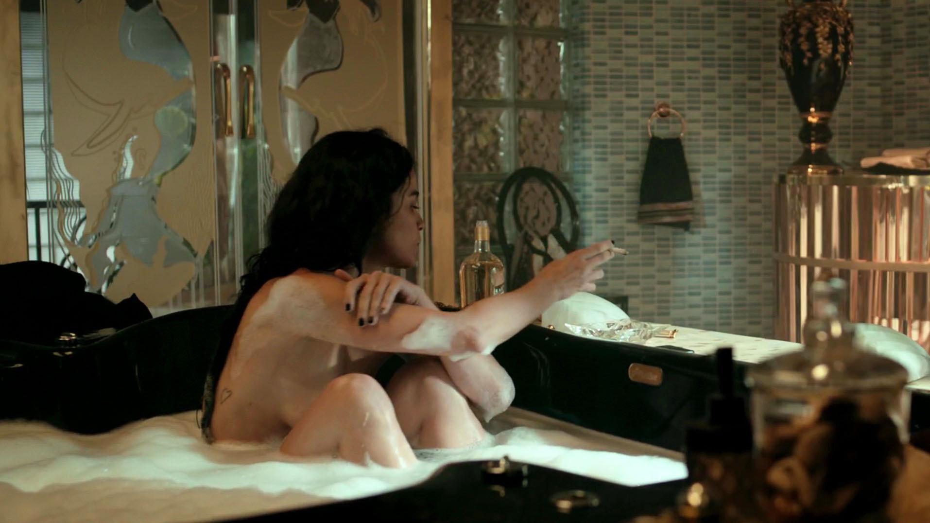 osmotre-eroticheskie-stseni-s-alisi-braga-telok-ebut-video