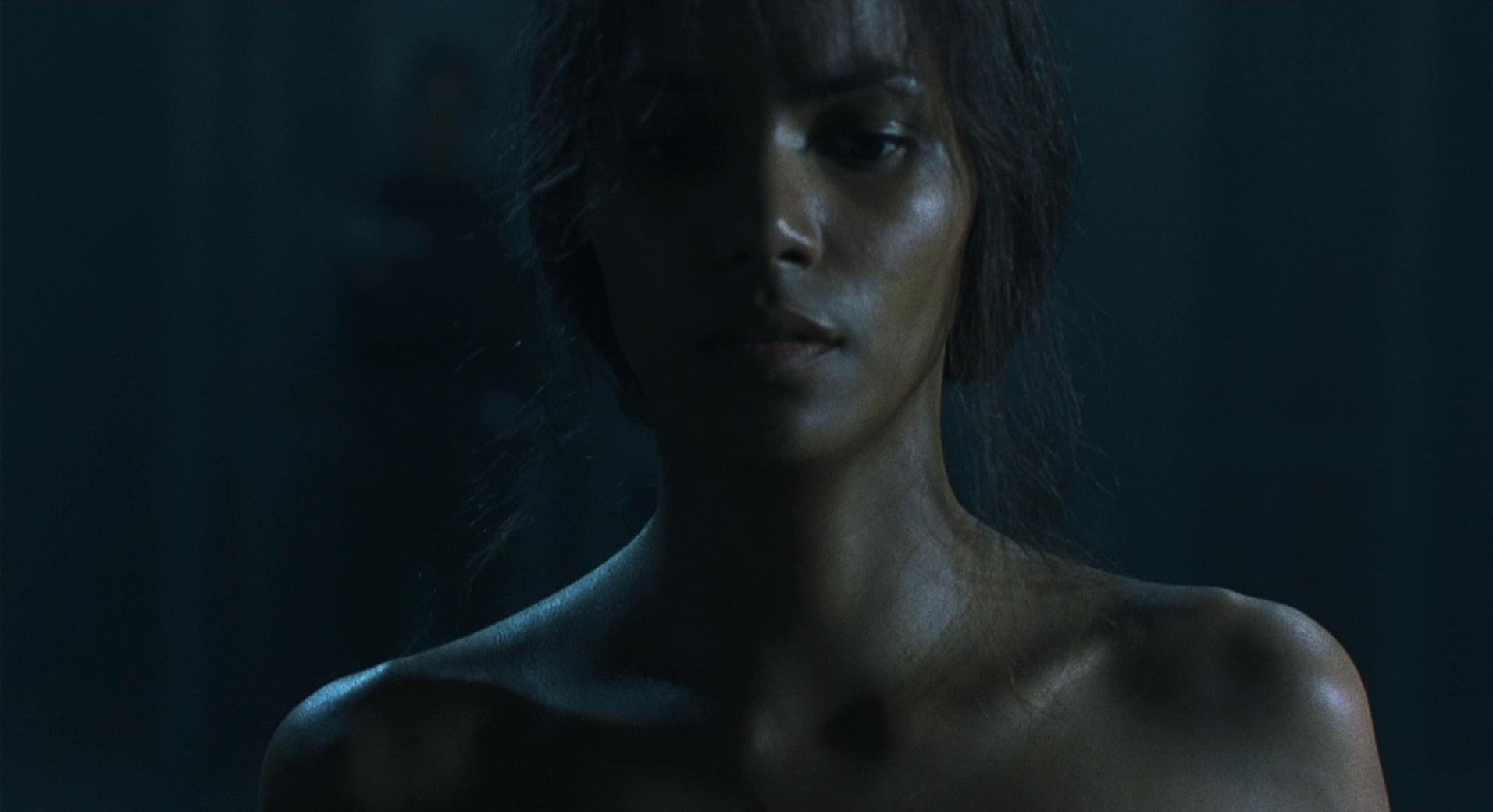 Halle Berry nude - Gothika (2003)