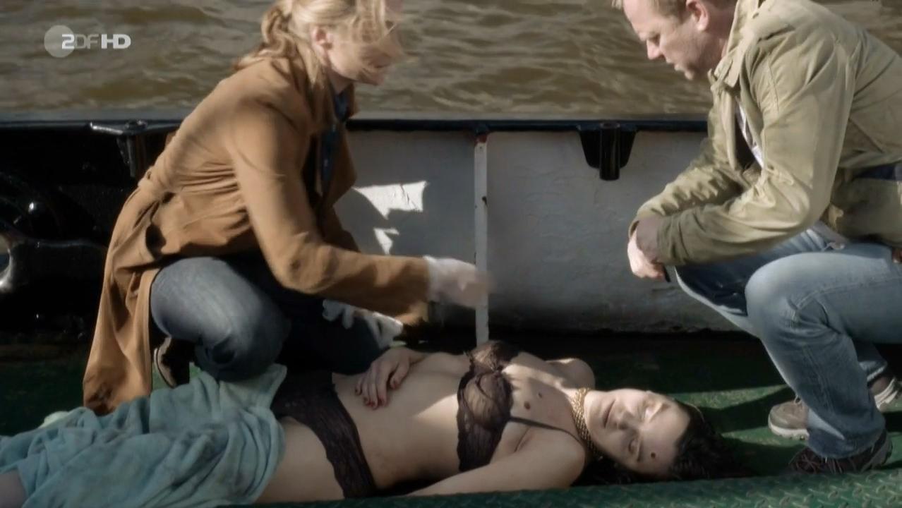 Anika Lehmann nude - Einsatz in Hamburg s01e15 (2013)