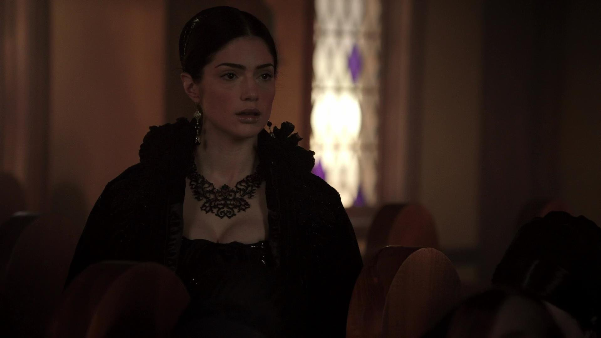 Azure Parsons sexy, Janet Montgomery sexy - Salem s01e02 (2014)