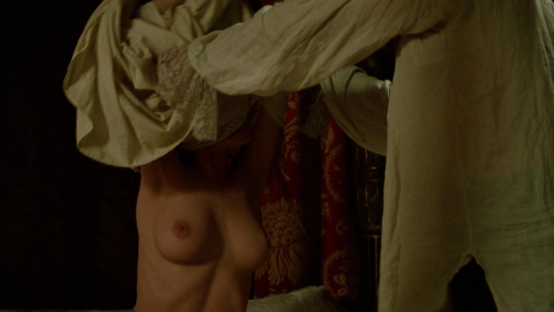 Uma Thurman nude - Dangerous Liaisons (1988)