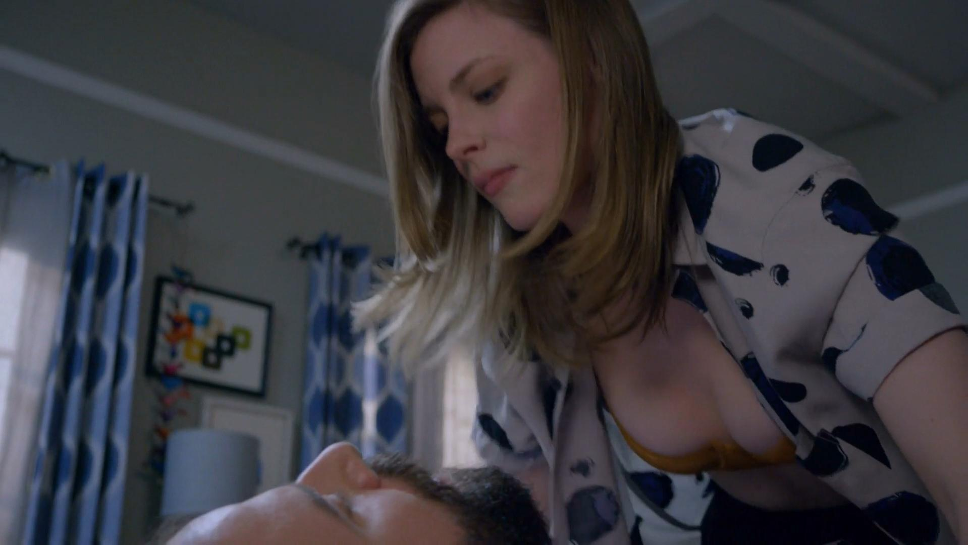 Gillian Jacobs sexy - Love s01e01-07 (2016)