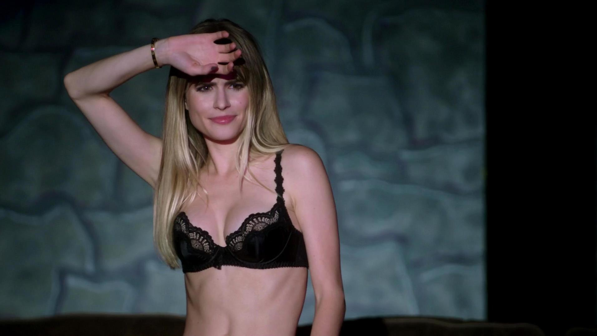 Carlson Young sexy - Scream s01e08 (2015)