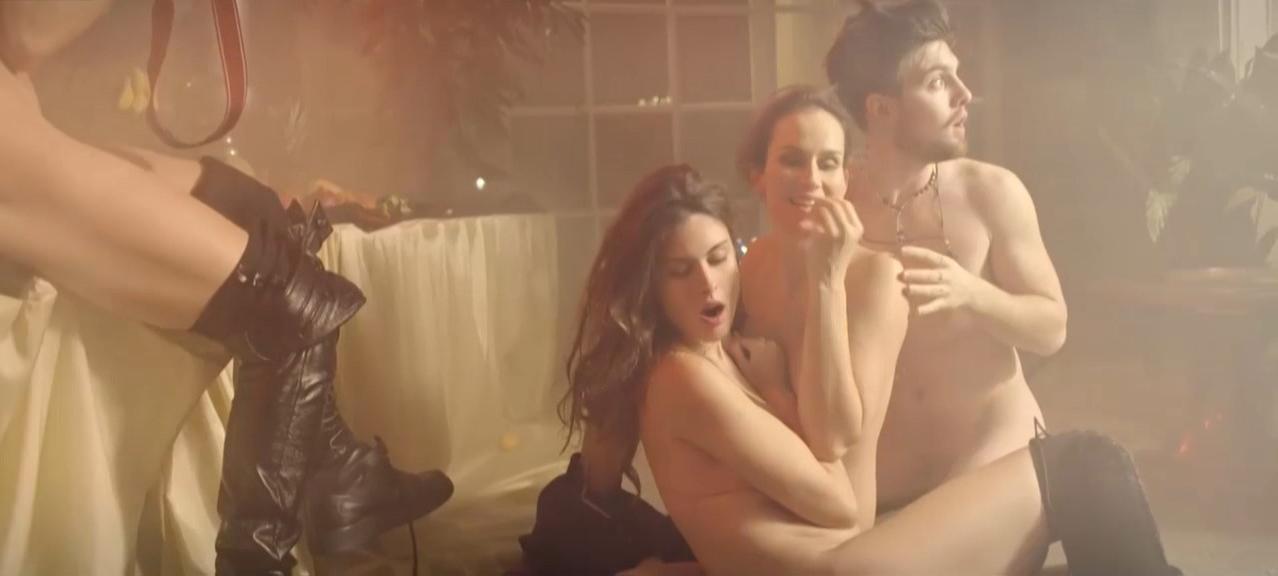 Saralisa Volm nude, Carolina Thiele nude - Shakespeares letzte Runde (2016)