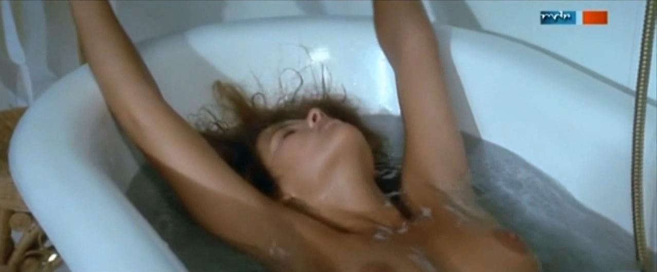 Sophie Marceau nude - Descente aux enfers (1986)